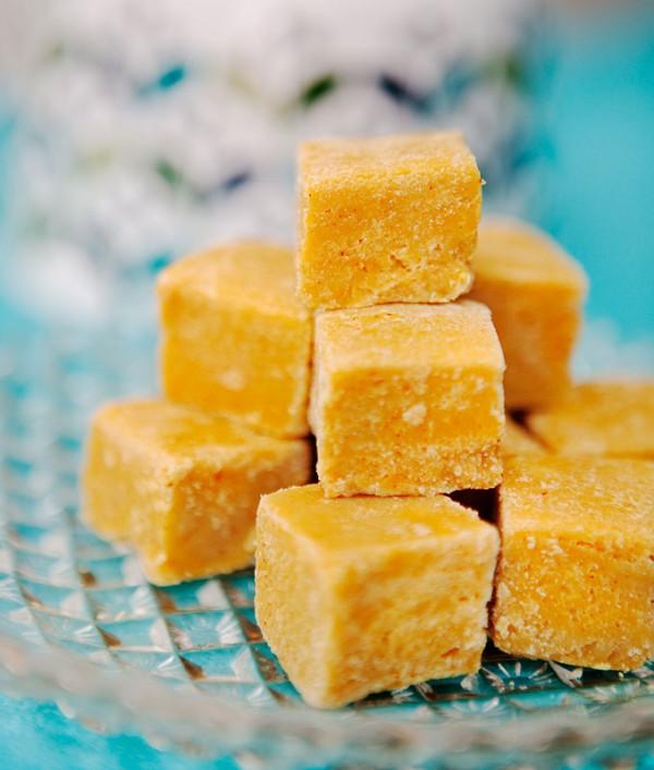 Saffransfudge med vit choklad.