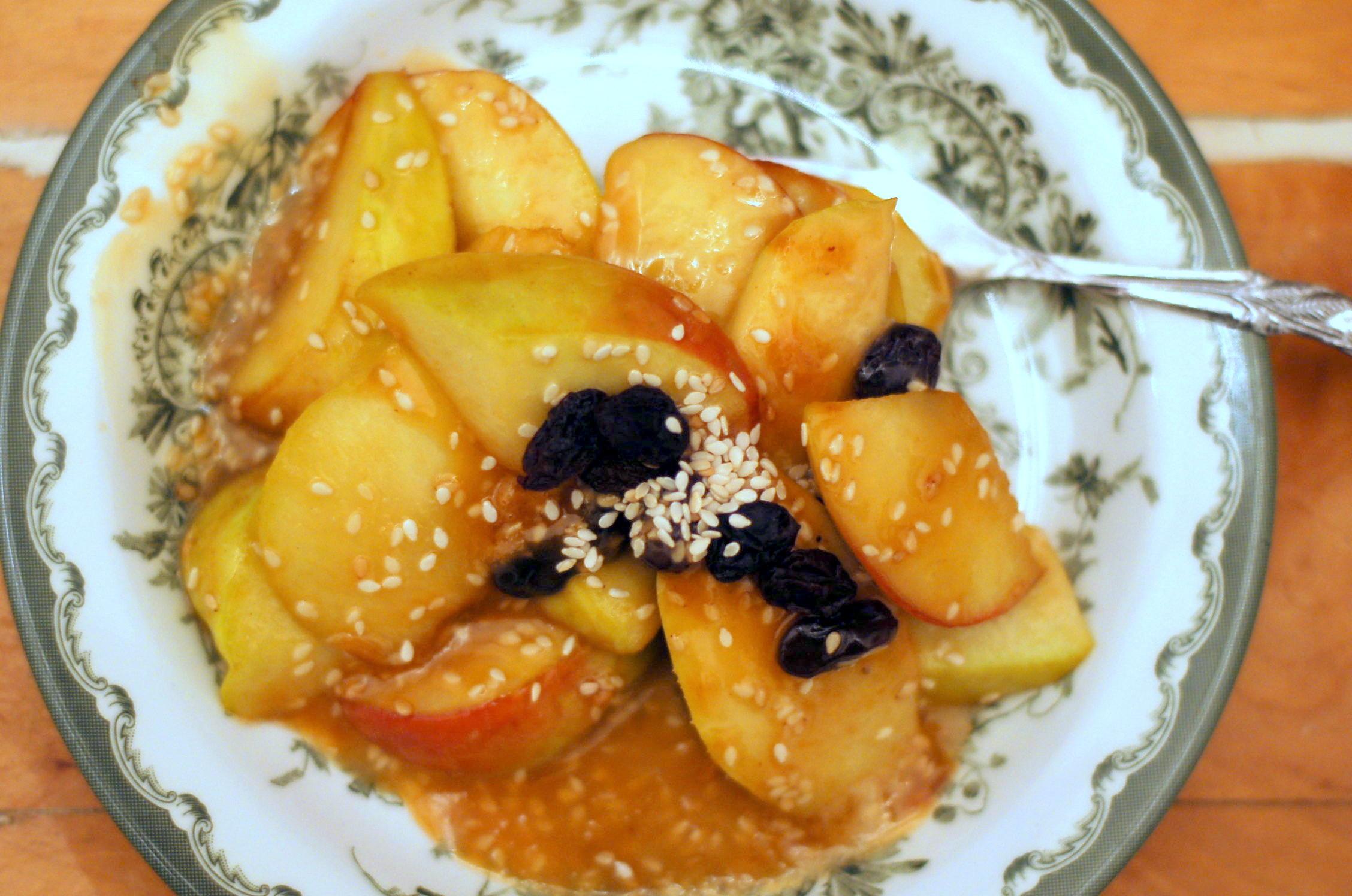 Sesamäpplen med sirapssås